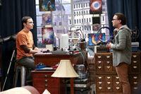 """""""The Big Bang Theory"""", """"Die Spaßbremse."""" Beim gemeinsamen Abendessen sitzt Penny wieder einmal aus Platzmangel auf dem Boden. Leonard denkt daraufhin über einen größeren Esstisch nach. Alle sind einverstanden - mit Ausnahme von Sheldon, der Veränderungen hasst. Um seinen Standpunkt durchzusetzen, nimmt er sogar die Trennung von Amy in Kauf. Indes erklärt sich Howard bereit, erneut mit der NASA ins All zu fliegen. Bernadette ist erstaunt. Noch gut kann sie sich an Howards Gejammer bei seiner letzten Raumfahrtmission erinnern.Im Bild (v.li.): Jim Parsons (Sheldon Cooper), Johnny Galecki (Leonard Hofstadter). – © ORF eins"""