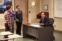 Sheldon (Jim Parsons, r.) wird dazu gezwungen, eine Klasse zu unterrichten. Howard (Simon Helberg, l.) überrascht seine Freunde Leonard (Johnny Galecki, 2.v.r) und Raj (Kunal Nayyar, 2.v.l.) damit, dass er als einziger den Kurs belegt ... – © Warner Brothers Lizenzbild frei