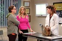 """""""The Big Bang Theory"""", """"Eisenbahnromantik."""" Amy hat sich für den Valentinstag etwas ganz Besonderes vorgenommen. Gemeinsam mit Sheldon will sie nach Napa Valley fahren. Der Reiz liegt im Detail: Die beiden werden in einem original restaurierten Zug von 1915 reisen. Howard und Bernadette schließen sich ihnen an, während Penny und Leonard den Abend auf Rajs Bitte hin in den eigenen vier Wänden verbringen. Er braucht jemanden zum Hundesitten. Als die Freunde ihre Aufsichtspflicht vernachlässigen, entpuppt sich dies als segenreich.Im Bild (v.li.): Johnny Galecki (Leonard Hofstadter), Kaley Cuoco (Penny), Tania Raymonde (Yvette). – © ORF eins"""
