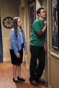 Sheldon (Jim Parsons, r.) steckt in einer Krise. Doch kann seine Freundin Amy (Mayim Bialik, l.) ihm wieder heraushelfen? – © Warner Brothers Lizenzbild frei