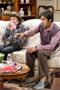 """""""The Big Bang Theory"""", """"Schulmädchenreport."""" Immer noch ist Sheldon verzweifelt auf der Suche nach einem neuen Forschungsgebiet. Um ihn auf andere Gedanken zu bringen, schlägt Leonard eine Wiedereinführung des 'Alles-ist-möglich-Donnerstag' vor. Bei ihrem Streifzug stoßen sie auf Amy und Bernadette, was für Aufruhr sorgt. Denn Amy hatte eigentlich vorgegeben, krank zu sein, und Bernadette muss angeblich länger arbeiten. Raj bittet Howard, sich derweil einen Horrorfilm mit ihm anzuschauen - als Vorbereitung auf sein Date mit Emily.Im Bild (v.li.): Simon Helberg (Howard Wolowitz), Kunal Nayyar (Rajesh Koothrappali). – © ORF eins"""