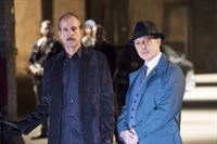 Berlin (Peter Stormare, l.) und Raymond 'Red' Reddington (James Spader) – © RTL / 2014 Sony Pictures Telev