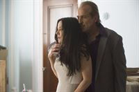 Berlin (Peter Stormare) und Naomi Highland (Mary-Louise Parker) – © RTL/ 2014 Sony Pictures Televi