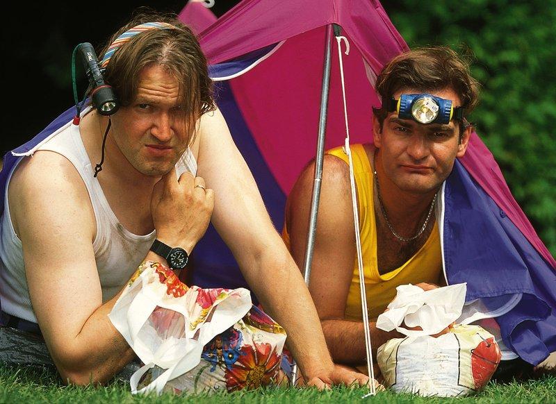 Hajo (Michael Brandner, l.) und Dieter (Heinrich Schafmeister) gehen vor Hajos Wohnwagen auf Schatzsuche und buddeln ein Loch. Nicoles Zelt dient ihnen dabei zur Tarnung. – Bild: RTLplus