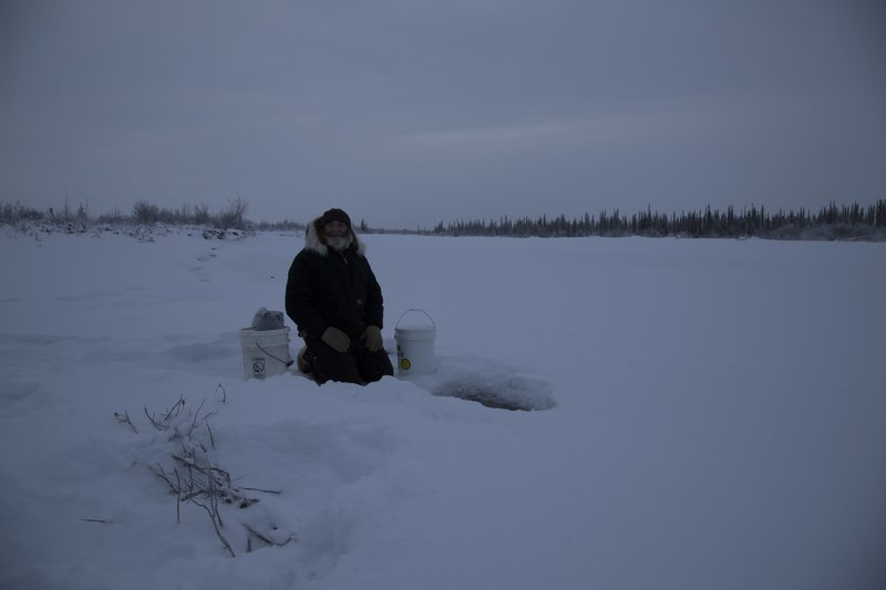 Heimo Korth is ice fishing. – Bild: Discovery Channel / Discovery Communications