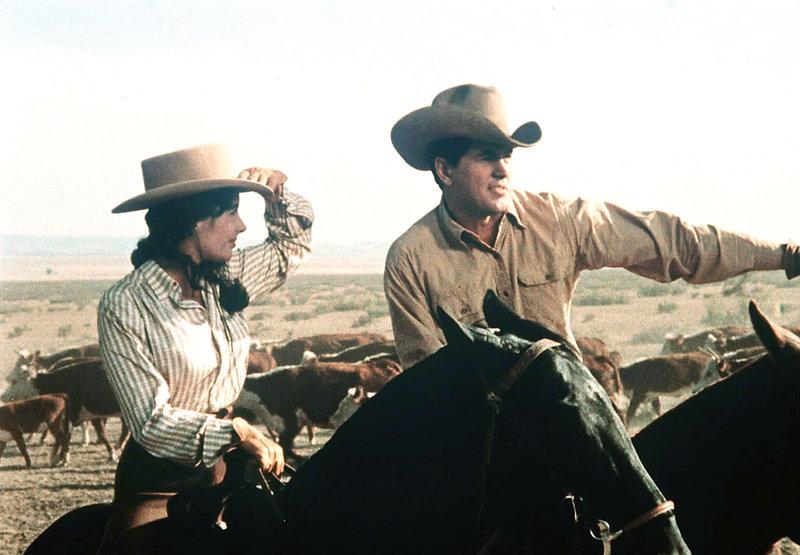 Zum ersten Mal zeigt der mächtige Rancher Bick Benedikt (Rock Hudson, re.) seiner Frau aus der Großstadt die herrlichen Weiten seiner Heimat. Leslie (Elizabeth Taylor, li.) ist überwältigt. – Bild: BILDNAME:40749h.jpg, ProSieben Media AG