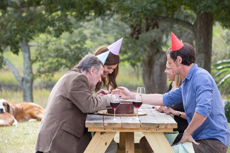 Von links nach rechts: Dr. Shep (Tom Wilkinson), Stephanie Parker (Maggie Grace), Gabby Holland (Teresa Palmer) und Travis Parker (Benjamin Walker). – Bild: Wild Bunch