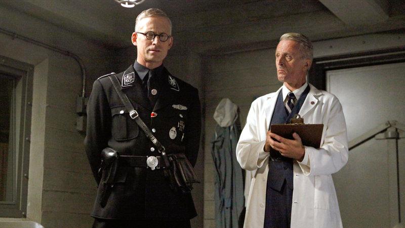 Whitehall (Reed Daimond, li.) und ein Wissenschaftler (Alexander Leeb, re.) während der Versuche mit dem Obelisken – Bild: RTL II