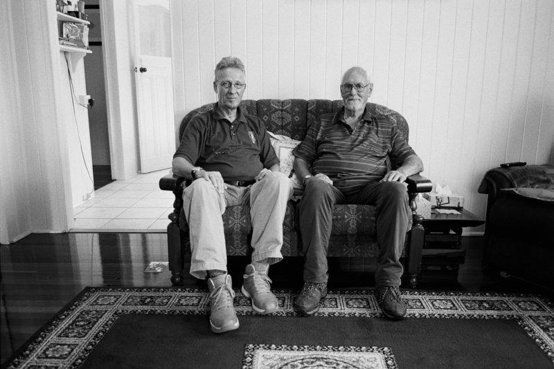 Der Filmemacher Michael Teutsch und der inzwischen nach Australien ausgewanderte Schotte Alex vereint auf einem Sofa im Jahr 2017. – Bild: ZDF und Hans-Albrecht Lusznat