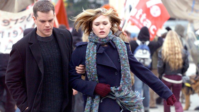 L-R: Jason (Matt Damon) und Nicky (Julia Stiles) – Bild: RTL II