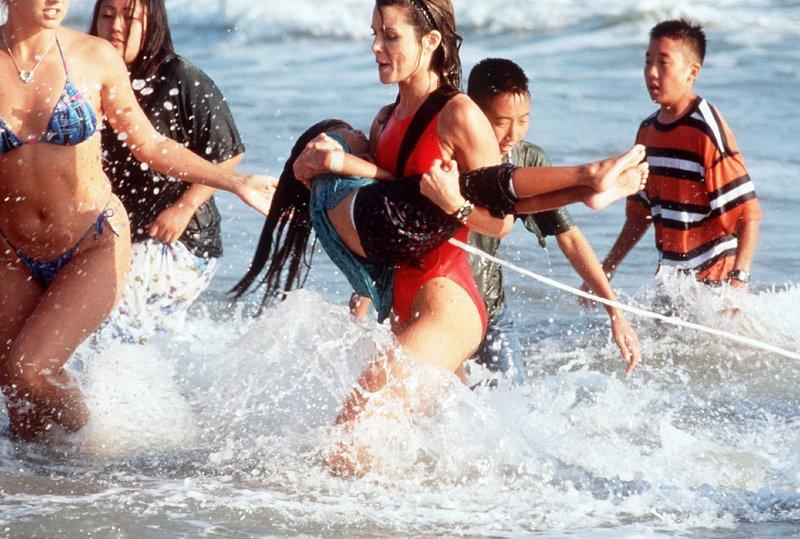 Alex (Mitzi Kapture) hat im letzten Moment ein kleines koreanisches Mädchen retten können. – Bild: Nitro.