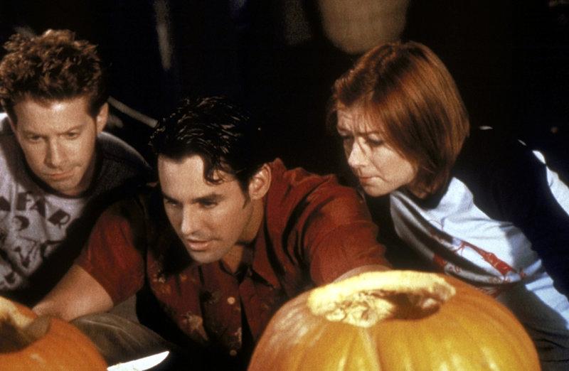 (v.l.n.r.) Oz (Seth Green), Xander (Nicholas Brendon) und Willow (Alyson Hannigan) inspizieren ihre Halloween-Kürbisse. – Bild: sixx