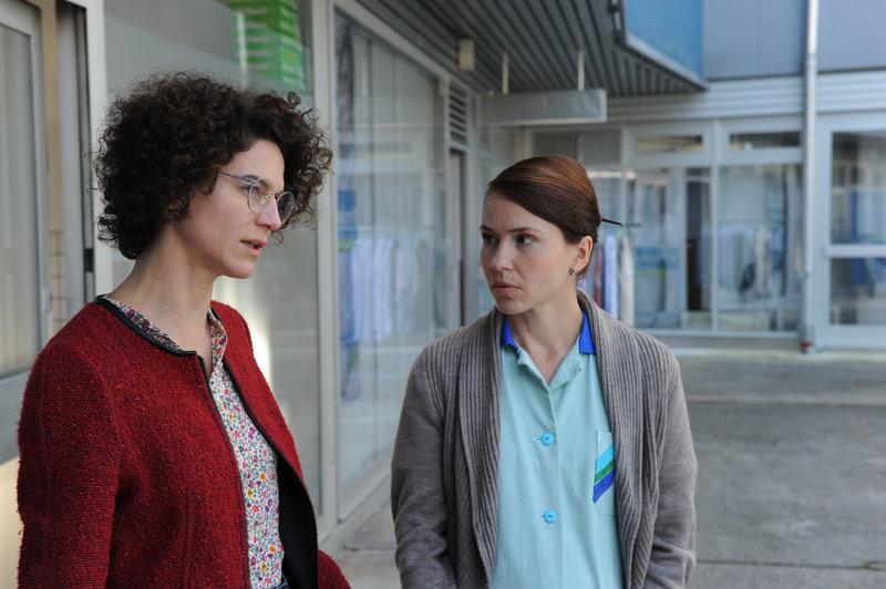 Lehrerin Hannah Winter (Bibiana Beglau, li.) und Fabians Mutter Miriam (Andrea Wenzl, re.) besprechen die Arztdiagnose. – Bild: BR / © BR/Kerstin Stelter
