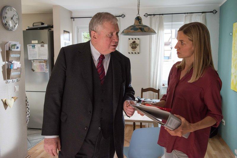 Eva Kastner (Annika Blendl) erzählt Bernd Reuther (Rainer Hunold), dass sie den Hof ihrer Eltern ursprünglich auf moderne Biolandwirtschaft umstellen wollte. – Bild: ZDF und Andrea Enderlein