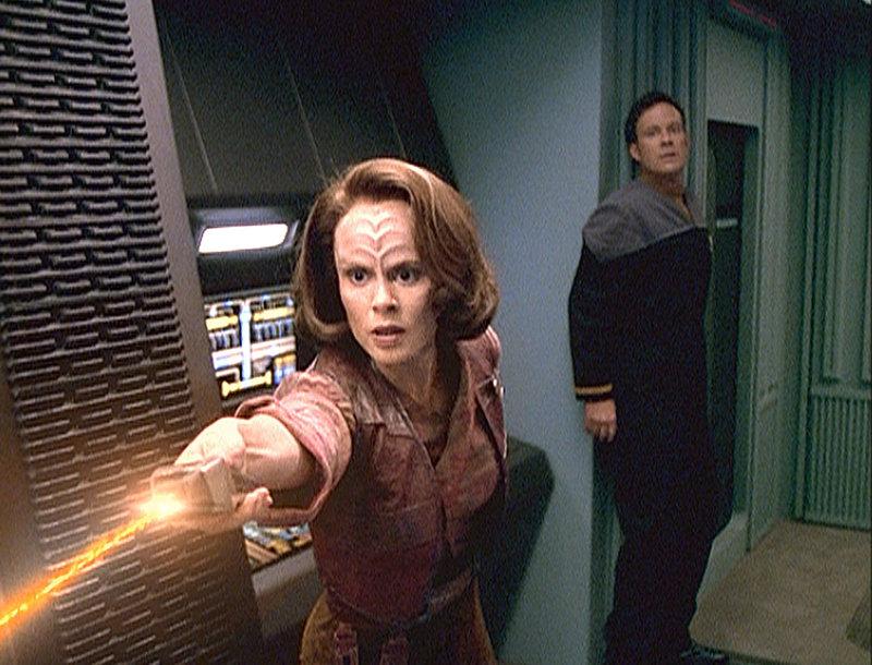 Die holographische Torres (Roxann Dawson, l.) versucht, Barclay (Dwight Schultz, r.) vor der Verhaftung durch die Sicherheitskräfte zu bewahren ... – Bild: Tele 5