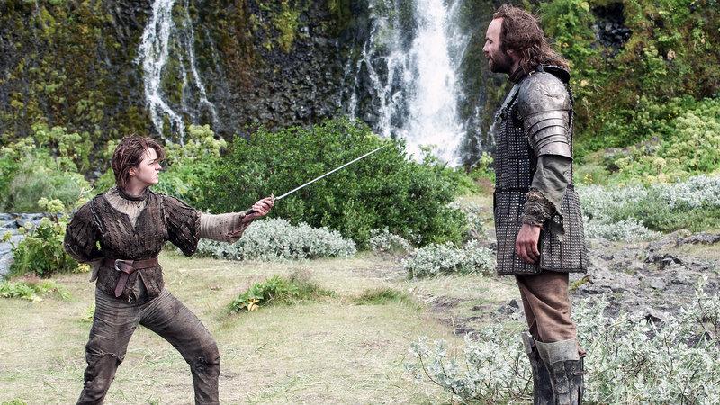 Arya (Maisie Williams, li.) und der 'Bluthund' (Rory McCann) – Bild: RTL II