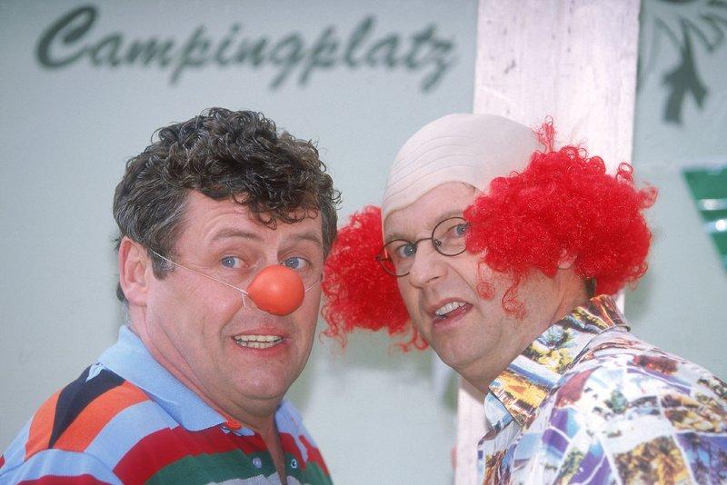 Benno (Willi Thomczyk, l.) und Lothar (Rene Heinersdorff) geben als Clowns ihr Bestes... – Bild: RTLplus / Frank Dicks