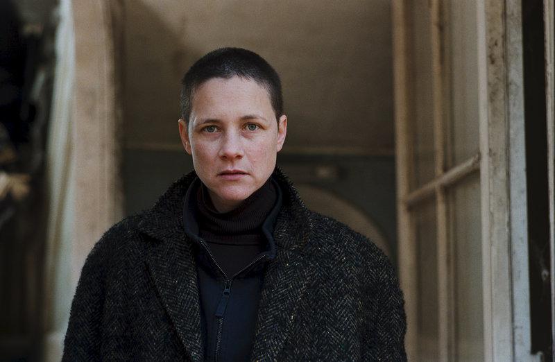 Alex (Laurence Côte) hilft bei der Entführung der Mädchen. – Bild: ZDF und Jérôme Alméras