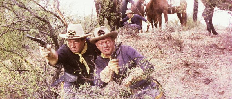 Schon bald müssen Major Reno (Joseph Cotton, r.) und Captain Benton (Darren McGavin, l.) erkennen, dass sie in eine tödliche Falle geraten sind ... – Bild: Columbia Pictures Lizenzbild frei