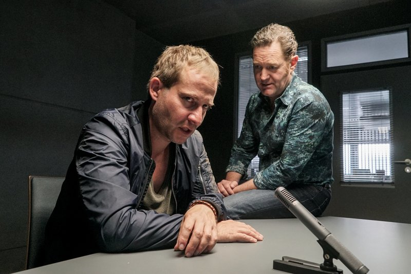 Paul (Jürgen Tonkel r.) nimmt einen der Entführer (Niels Bruno Schmidt l.) in die Mangel. – Bild: ZDF und micha marhoffer