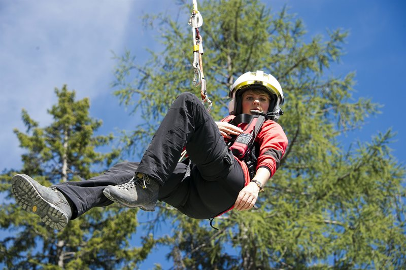 Katharina (Luise Bähr) mitten in der Seilrettung. – Bild: ZDF und Thomas R. Schumann