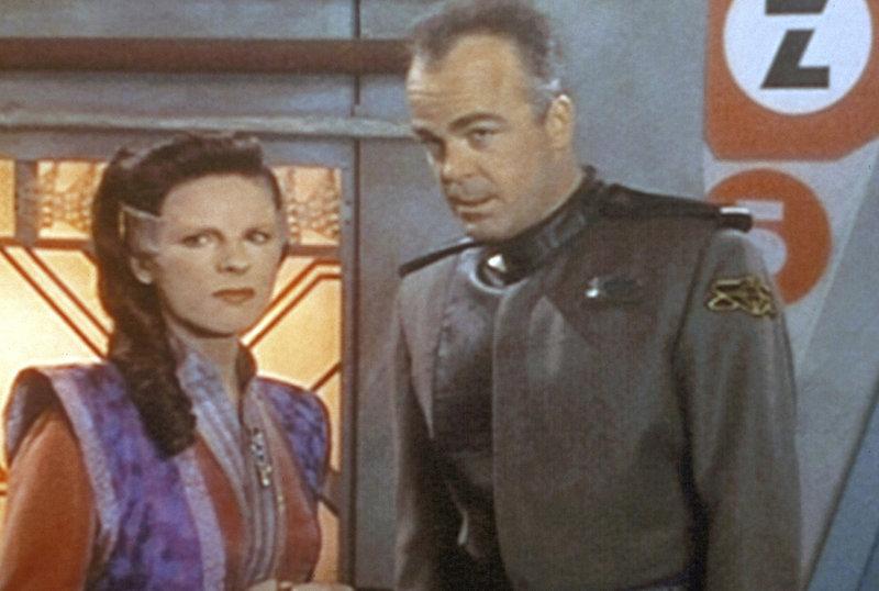 Botschafterin Delenn (Mira Furlan, l.) ist über die vielen Soldaten auf Babylon 5 sehr beunruhigt. Sie teilt Garibaldi (Jerry Doyle, r.) ihre Sorgen mit. – Bild: ProSieben MAXX