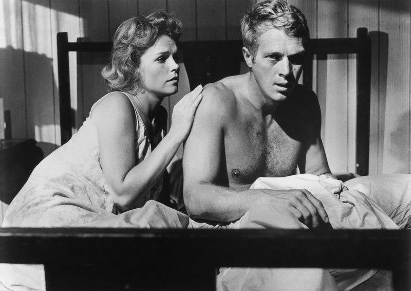 Weder seine Frau Georgette (Lee Remick, l.) noch irgendjemand anderer ahnt, dass Henry (Steve McQueen, r.) jahrelang von seiner Adoptivmutter missbraucht wurde ... – Bild: Turner / COPYRIGHT (C) 1964, RENEWED 1992 COLUMBIA PICTURES INDUSTRIES, INC. ALL