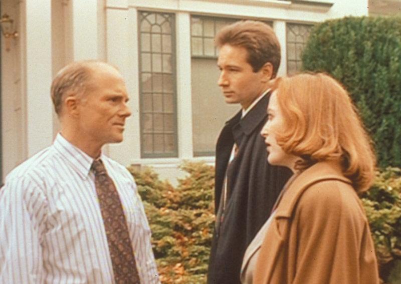 Scully (Gillian Anderson, r.) und Mulder (David Duchovny, 2.v.r.) können kaum glauben, was ihnen der Sheriff von John Oakes (Larry Musser, l.) erzählt ... – Bild: ProSieben MAXX