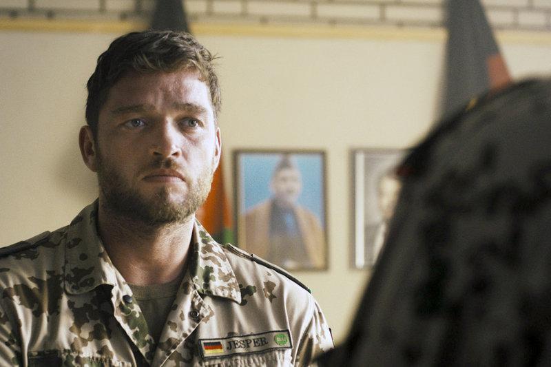 Bundeswehrsoldat Hauptmann Jesper (Ronald Zehrfeld, li.) muss sich bei seinem Vorgesetzten Oberst Haar (Burghart Klaußner, re.) für seine Entscheidungen rechtfertigen. – Bild: ZDF / © ZDF/Independent Artists