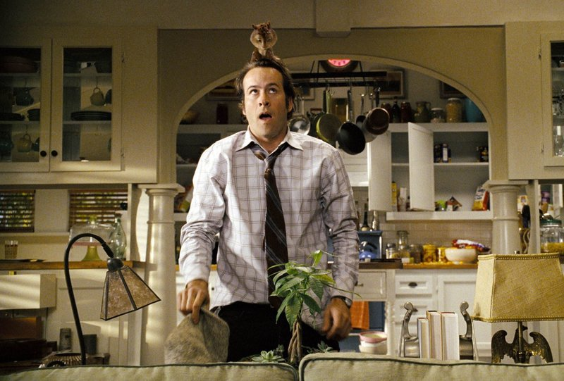 Dave Seville (Jason Lee) finds a furry houseguest perched on his head. Alvin and the Chipmunks_03 – Bild: ATV