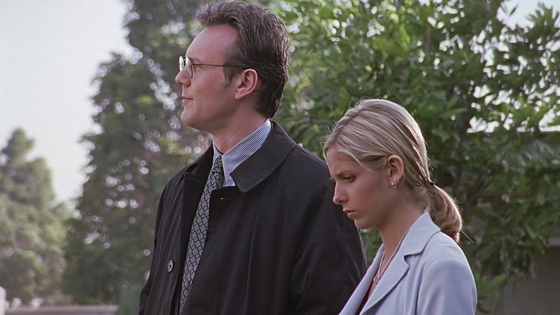 L-R: Mr. Giles (Anthony Head), Buffy Summers (Sarah Michelle Gellar) – Bild: Syfy