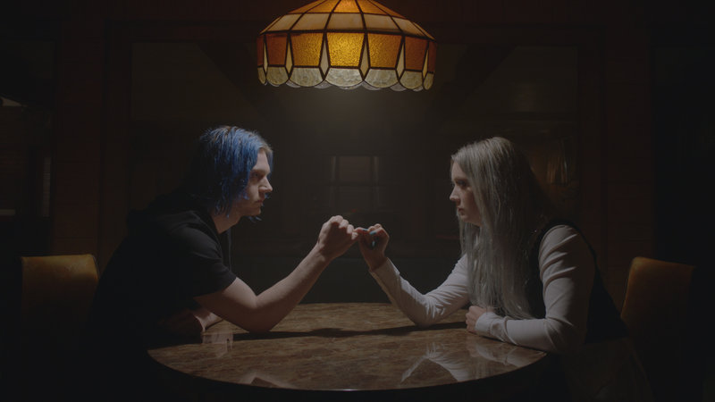 From left: Kai (Evan Peters) and Winter Anderson (Billie Lourd). – Bild: FOX