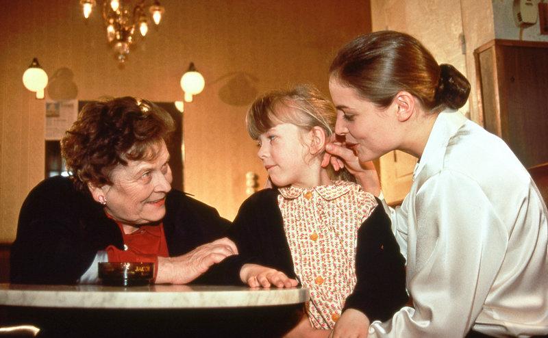 Johann Reichel (Hilde Sochor, li.) und ihre Enkelin Sabine (Sabine Muckenhuber, mi.) besuchen deren Mutter Helga Haas (Elisabeth Lanz, re.) im Kaffeehaus, wo sie arbeitet. – Bild: ORF2