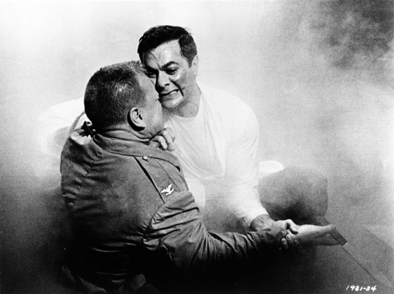 Jake Leibowitz (Tony Curtis, r.) setzt sich voll und ganz für die Genesung der psychisch kranken Patienten ein - und muss dann erkennen, dass nach einer erfolgreichen Behandlung die Männer zu ihren Einheiten und in den Kampf zurückkehren müssen ... – Bild: 1964 Universal City Studios, Inc. Copyright Renewed. All Rights Reserved. Lizenzbild frei