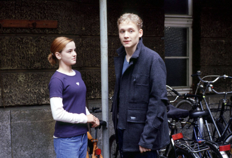 Katharinas Tochter Jule (Laura-Charlotte Syniawa, l.) hat sich in Ben (Matthias Schweighöfer, r.) verliebt ... – Bild: Sat.1 Eigenproduktionsbild frei