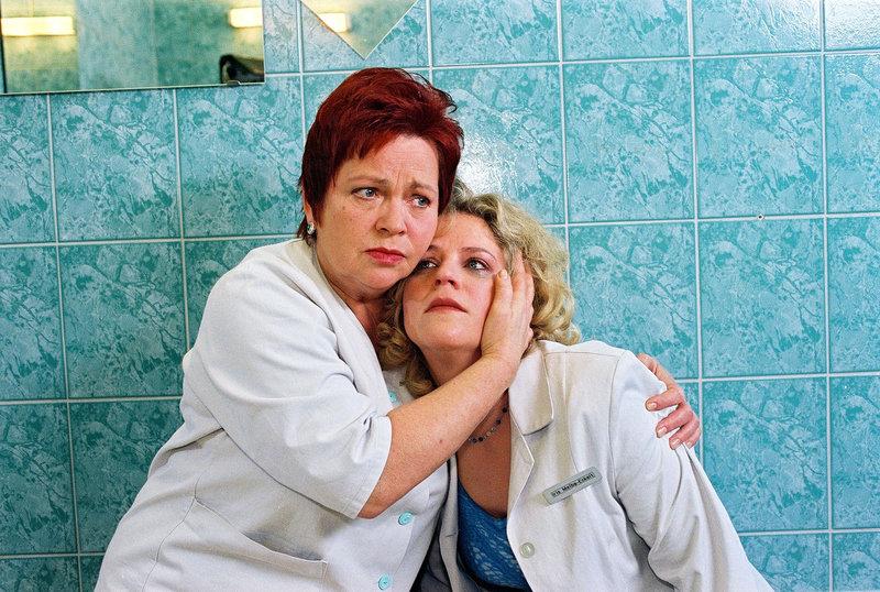 Klara (Walfriede Schmitt, l.) findet die völlig verzweifelte Iris (Christiane Brammer, r.), die erfahren hat, dass sie an Brustkrebs erkrankt ist. – Bild: Sat.1 Eigenproduktionsbild frei