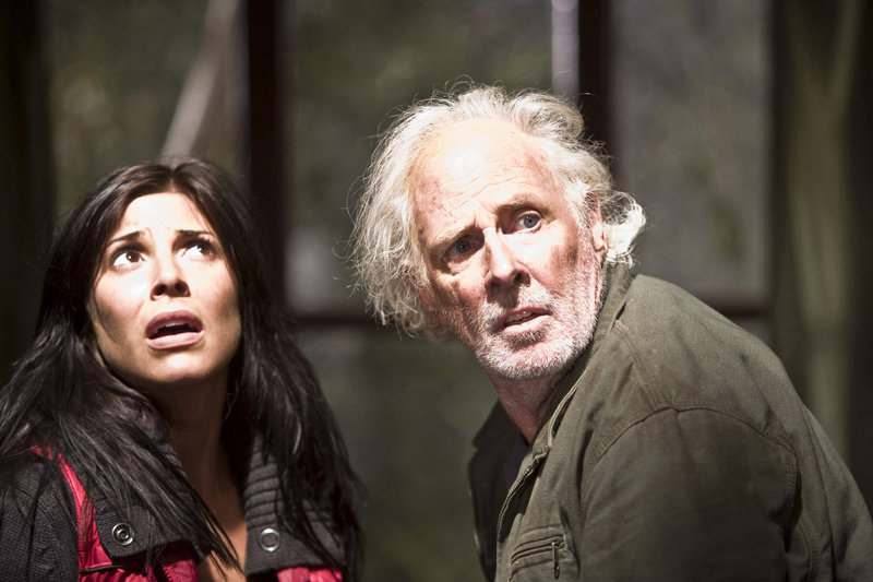 Doch bald findet Melanie (Cindy Sampson,l.) heraus, dass der wahre Täter nicht ihr Vater Howard (Bruce Dern,r.) ist, sondern eine teuflische Kreatur, die in den nahegelegenen Sümpfen haust... – Bild: TMG