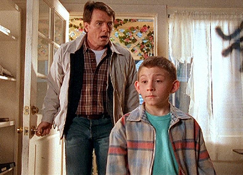 Hal (Bryan Cranston, li.) und Dewey (Erik Per Sullivan) trauen ihren Augen nicht: Was ist hier nur passiert? – Bild: ORF eins