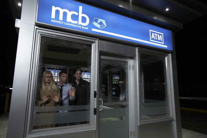 In einem verlassenen Bankautomaten werden Emily Brandt (Alice Eve, l.), David Hargrove (Brian Geraghty, m.) und Corey Thompson (Josh Peck, r.) von einem Unbekannten bedroht. Es kommt zu einem Katz-und-Maus-Spiel. – Bild: ZDF und Allen Fraser