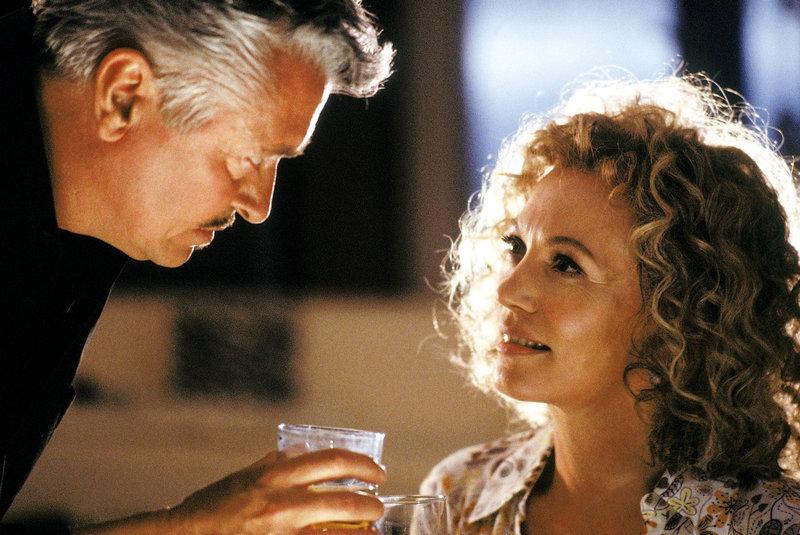 """Sylvia (Iris Berben) braucht nicht lange um Larnier (Henry Hübchen) so zu umgarnen, dass auch er - wie seine Vorgänger - sehr schnell in das Netz der """"schwarzen Witwe"""" gerät. – Bild: ORF"""