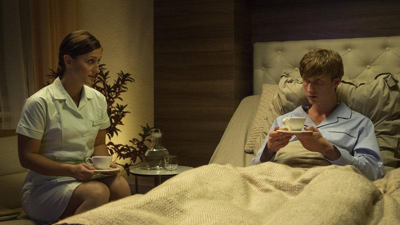 Nur einer Pflegerin gelingt es, Kontakt zu dem verschlossenen Uffe (Mikkel Boe Følsgaard) aufzunehmen. – Bild: ZDF und Christian Geisnaes