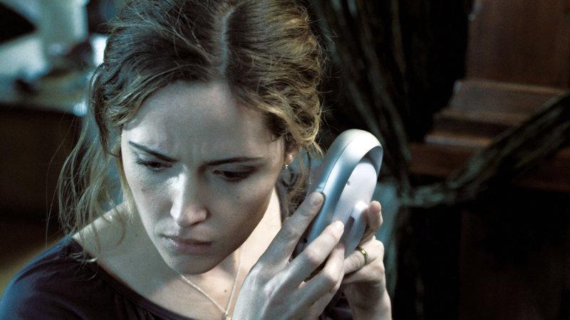 Renai Lambert (Rose Byrne) hört seltsame Stimmen, die aus dem Babyfon kommen... – Bild: RTL Zwei