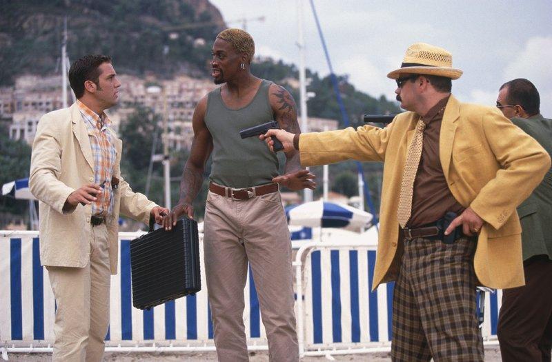 Ex-CIA-Agent Simon (Dennis Rodman, M.) versucht gerade den dunklen Machenschaften eines Waffenhändlers auf die Spur zu kommen, als ihm sein alter CIA-Ausbildungskollege Nick (Dane Cook, l.) über den Weg läuft... (r. Darsteller unbekannt) – Bild: RTL