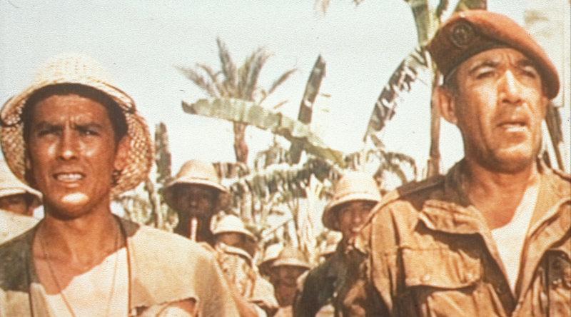 Im Algerienkrieg soll Oberstleutnant Raspeguy (Anthony Quinn, r.) ein Fallschirmregiment aufstellen. Hauptmann Esclavier (Alain Delon, l.) der schon im Viatnam-Krieg in seinem Regiment gekämpft, soll in sein Regiment übernommen werden. – Bild: Columbia Pictures Lizenzbild frei