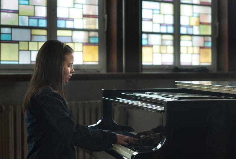 Elise (Jasna Fritzi Bauer) spielt Klavier. – Bild: SWR / © SWR/Anke Neugebauer/ostlicht filmproduktion