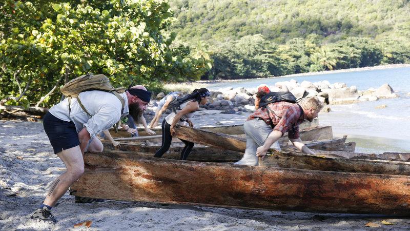 Derek, Maria, Brandon and Tim Olson pushing canoes into the water. – Bild: @carrie lederer