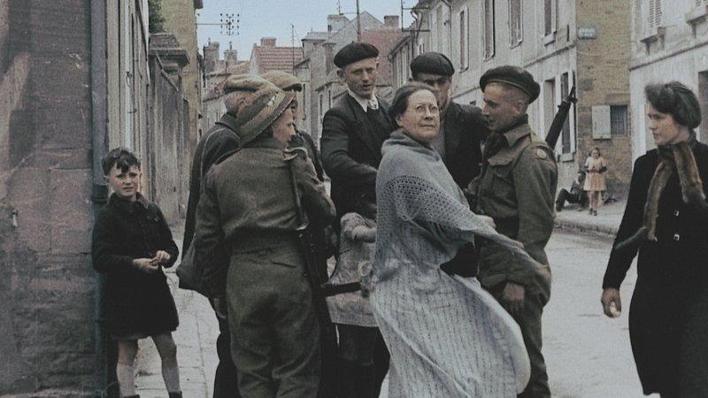 Menschen trafen bei der Befreiuung auf die alliierten Soldaten. – Bild: n-tv