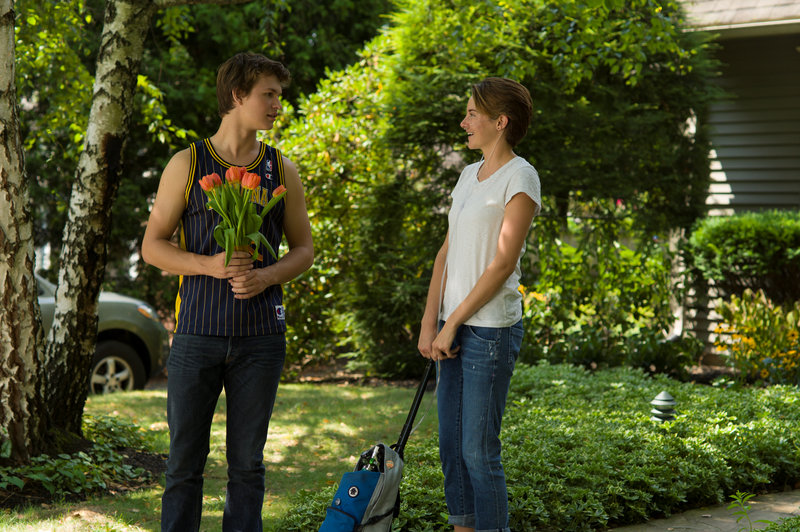 Gus (Ansel Elgort) and Hazel (Shailene Woodley) are two extraordinary teenagers who share an acerbic wit, a disdain for the conventional, and a love that sweeps them -- and us - on an unforgettable journey. Photo credit: James Bridges. – Bild: 2014 Twentieth Century Fox Film Corporation. All rights reserved.