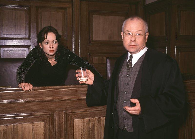 Vor Gericht kommt es zum heftigen Schlagabtausch zwischen dem Oberstaatsanwalt und Siegfried Rasch (Wilfried Loll), dem Verteidiger von Marlies Kemper (Iris Junik). Marlies steht unter Mordverdacht... – Bild: RTLplus / Rolf Baumgartner