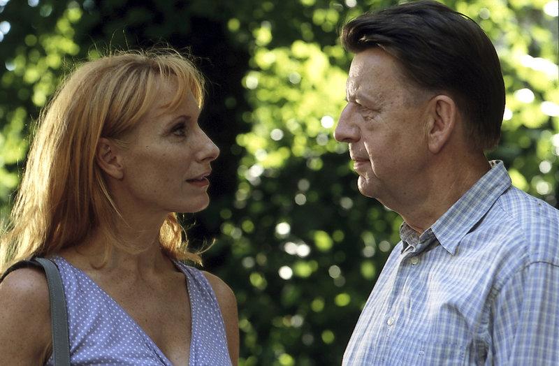 Kommissar Joe Hoffer (Jörg Gudzuhn) findet seine Hospitantin, die Sachbuchautorin Dr. Patricia Marr (Andrea Sawatzki), ausgesprochen anziehend. – Bild: ZDFneo